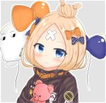 1girl abigail_williams_(fate/grand_order) balloon bangs black_bow black_jacket blonde_hair blue_eyes blush bow closed_mouth commentary_request crossed_bandaids eyebrows_visible_through_hair fate/grand_order fate_(series) grey_background hair_bow hair_bun highres jacket liuliu long_hair long_sleeves looking_at_viewer medjed object_hug orange_bow outline parted_bangs polka_dot polka_dot_bow smile solo stuffed_animal stuffed_toy teddy_bear twitter_username white_outline